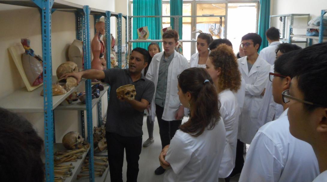 Jóvenes voluntarios durante una clase de anatomía en su voluntariado para jóvenes en Nepal.